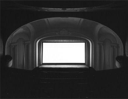 by Hiroshi Sugimoto 映画のはじまりからおわりまで、シャッターをひらいて撮影された1枚。 会場内は真っ暗なので、場内の美しい陰影は、映画の光がつくりだしたもの。