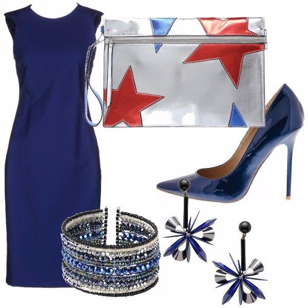 Questo meraviglioso vestito blu si abbina con le scarpe blu metallico e la pochette anch'essa lucida. Orecchini e bracciale per illuminare questo look da serata fuori.