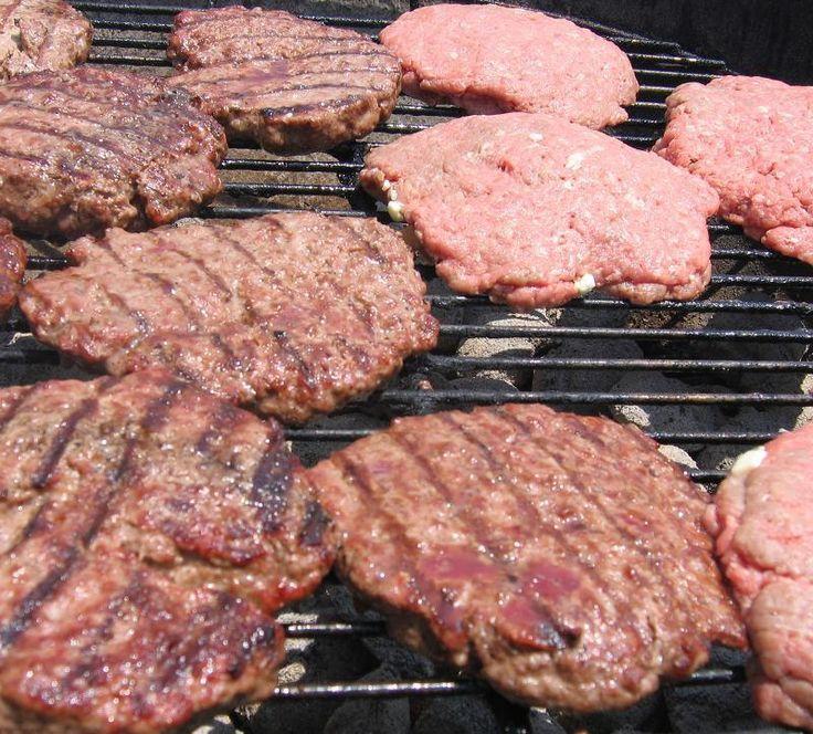 Como fazer hambúrguer caseiro. Os hambúrgueres são um tipo de carne conhecido em muitos países e que normalmente agradam tanto aos mais pequenos como aos mais crescidos. Podem ser feitos com: carne de porco, carne de vaca, galinha,...