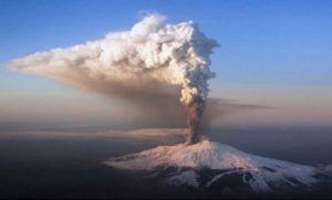 Catania, l'Etna si è risvegliato: nuove fontane di lava e colonne di fumo e cenere