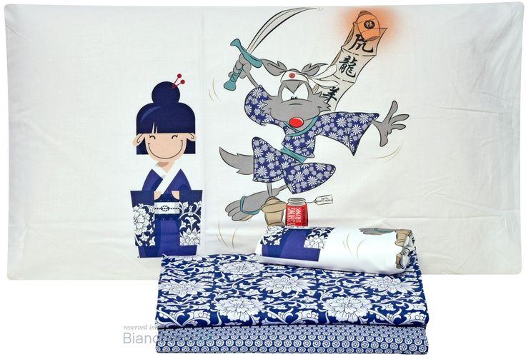 Il completo lenzuola noi samurai della linea happy people è realizzato in puro cotone percalle 100% morbidissimo al tatto. Il lenzuolo da sopra è stampato con un motivo di fiori giapponesi su fondo blu, il lenzuolo per sotto presenta un motivo geometrico su fondo blu, sulla federa troviamo l'immagine del lupo in azione samurai. Questo capo è l'ideale per arredare la tua camera in modo simpatico e stravagante. Biancheria Via Roma,60 #Lenzuola #Copripiumini #Trapunte #Asciugamani #Accappatoio…