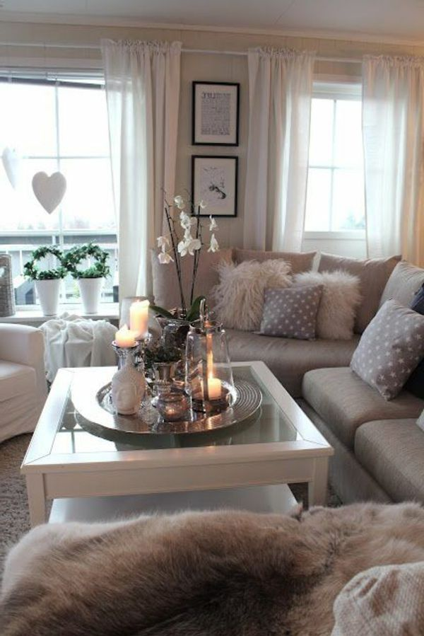 gemütliches kleines wohnzimmer mit weißen orchideen auf dem