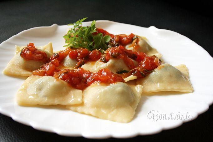 Ravioli sú talianske plnené cestoviny, veľmi známe, a urobiť ich doma podľa svojej chuti nie je až taký problém. Ja som dnes skúsila naplniť špenátovou plnkou a keďže je sezóna, tak aj omáčku z čerstvých paradajok a bazalky.