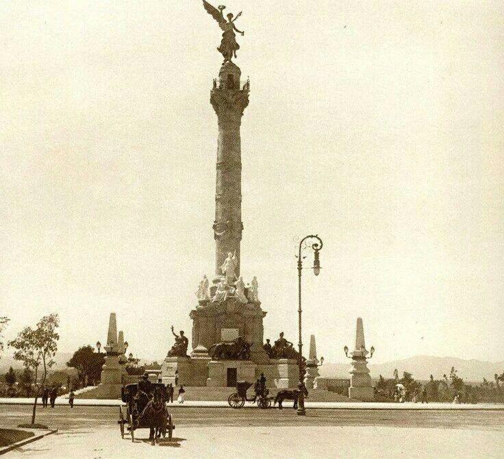 Vista hacia el Poniente de la Ciudad de México, desde el Paseo de la Reforma, se observa a la reciente inagurada Columna de la Independencia, así como el paso de carruajes por la zona de Reforma y una zona aún despoblada. ca. 1910