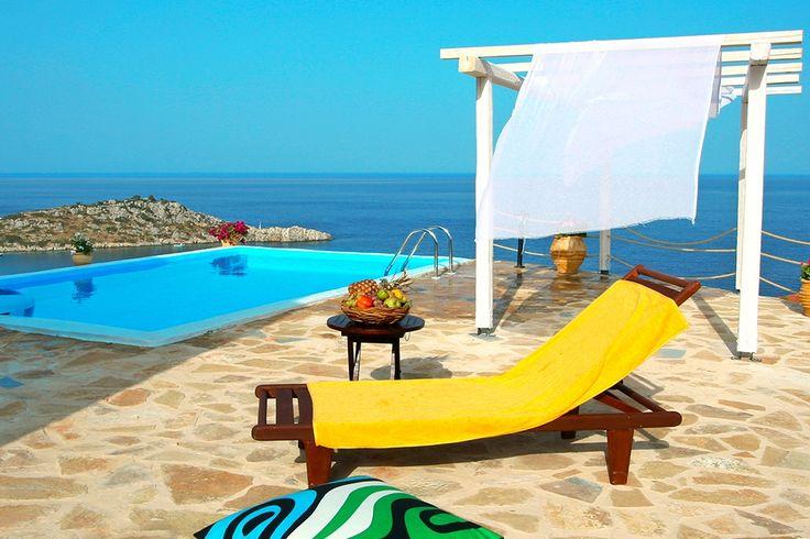 Description: Beloon jezelf met de pure luxe van 'niets aan je hoofd' in Orfos Villa's met privé zwembad. Rust luxe en totale ontspanning in je eigen vakantiehuis Gelegen op een klif boven het gezellige havenplaatsje Agios Nikolaosvormen de vier zij aan zij gelegen Orfos Villa's een heerlijk toevluchtsoord voorieder die de stress achter zich wil laten en behoefte heeft aaneen vakantiehuis voor rust en totale ontspanning. Villa met privé zwembad en zeezicht Er zijn 2 Villa's met 3 slaapkamers…