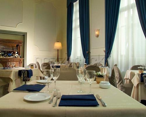 DETTAGLIO DELL`APPARECCHIATURA BLU E CHAMPAGNE a Palazzo Carpegna #location #matrimonio