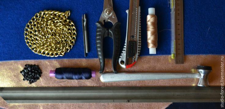 Сегодня я предлагаю пройти со мной путь по созданию маленькой, элегантной и яркой сумочки из войлока. Я назвала её «Осколки звезды» — яркие всполохи на бесконечно синем небе. В путь! Материалы и инструменты: войлок (у меня натуральный войлок, ширина 3 мм); кожа натуральная золотая; кожа натуральная в цвет войлока; нитки капроновые в цвет кожи и войлока; металлическая фурнитура (хольнитены, рамки…