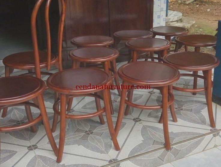 Kursi Cafe Jati Lingkar terbuat dari kayu jati memiliki tampilan simple serta melingkar yang kami sempurnakan dengan finishing coklat tua.