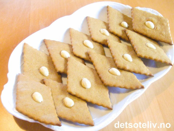 """Dette er svigermor Solveigs oppskrift på """"Sirupssnipper"""", som alltid - og da mener jeg alltid - bakes til jul. Oppskriften inneholder en aldri så liten hemmelighet: som hevingsmiddel skal det brukes både hornsalt og natron. Dette gjør at kakene blir ekstra sprø! I tillegg har kakene NYDELIG smak!!!"""