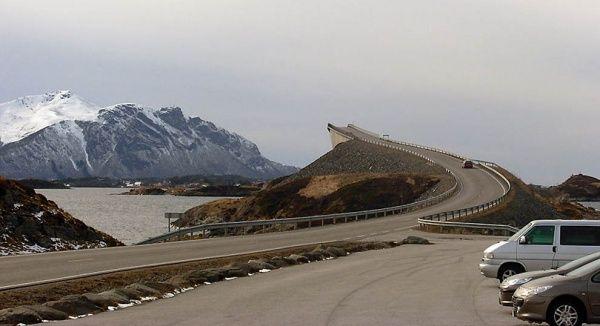 Сторсезандетский мост в Норвегии построен таким образом, чтобы создавать у приближающихся к нему иллюзию не моста, а трамплина, с которого можно вместе с автомобилем нырнуть в ледяную морскую воду. Местные жители дали ему прозвище «Пьяный мост», потому что его форма постоянно меняется в зависимости от угла зрения.