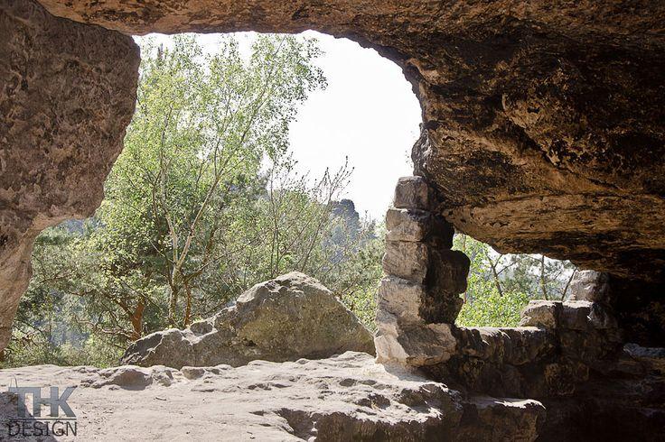 Kleinhennersdorfer Stein, Blick aus der Lichterhöhle zum Papststein