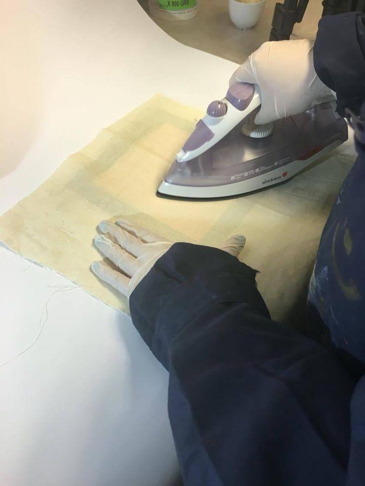 Posteriormente con ayuda de un trozo de tela crea, planchar con presión sobre el estampado y el papel.