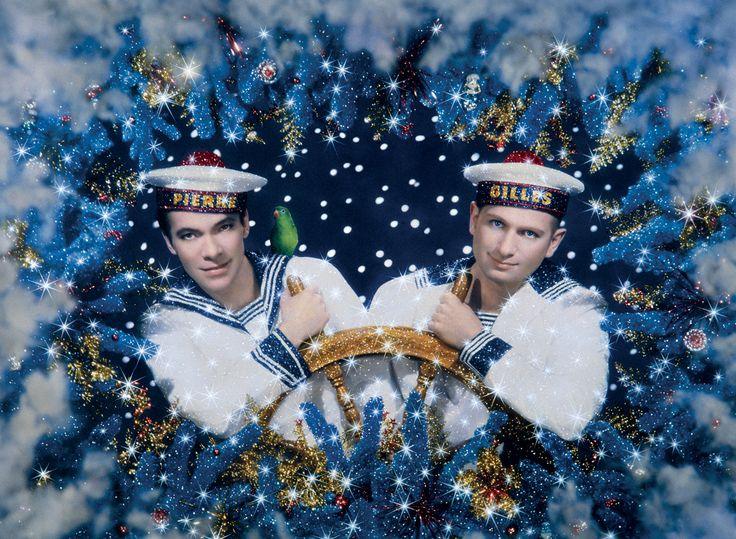 PIERRE ET GILLES - Pierre Commoy (1950) et Gilles Blanchard (1953), Les Deux Marins – Autoportrait, 1993, photographie peinte - pièce unique, 69 x 87 cm. The Museum of Fine Arts. © Pierre et Gilles