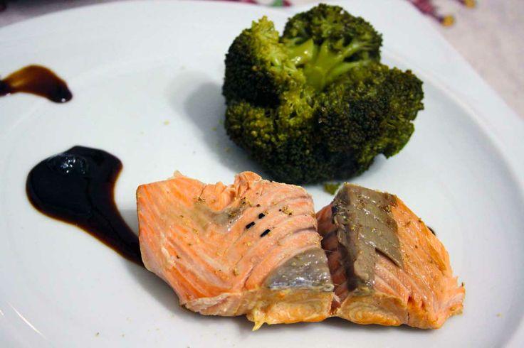 Filetto di salmone cotto in padella al sale ed affumicato con erbe aromatiche - Andrea Galuppi
