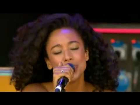 Corrine Bailey Rae sings her rendition of Sly & the Family Stone's Que Sera Sera! Check out the guy singing backup... White boy's got skills! Enjoy!