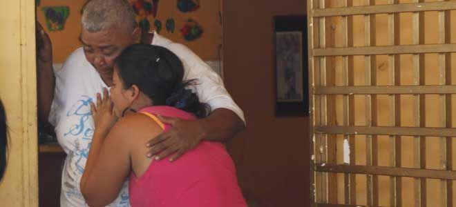 Los familiares del occiso estaban llorando en el frente de la casa familiar  (Foto: Gabriela Sanz )