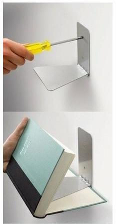 ブックエンドを壁に設置して一風変わった本棚に