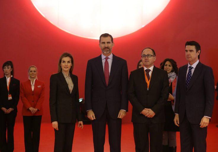 Los Reyes han visitado el pabellón de Iberia acompañados del ministro de Industria, Energía y Turismo, José Manuel Soria (d) y el presidente de la compañía, Luis Gallego (2d)