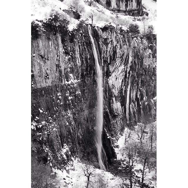Agua y hielo #waterfall #winter #cantabria #spain #landscapephotography #blackandwhitephotography #spain_greatshots #landscape_captures #landscape_lovers #cantabriagrafias #paseúcos #estaes_cantabria #instantes_fotograficos #bnwsouls #bnw_captures #bnw_life #bnw