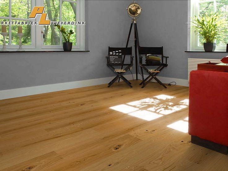 Een eiken rustieke houten vloer.