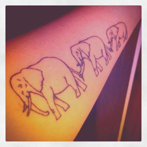 Tattoo éléphants contour se tient par la queue