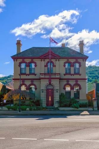 Old Bank Boutique Hotel Mittagong Featuring free WiFi, a restaurant and a sun terrace, Old Bank Boutique Hotel offers accommodation in Mittagong. Guests can enjoy the on-site bar. Free private parking is available on site.