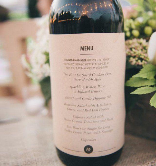 Menu de mariage sur bouteille de vin