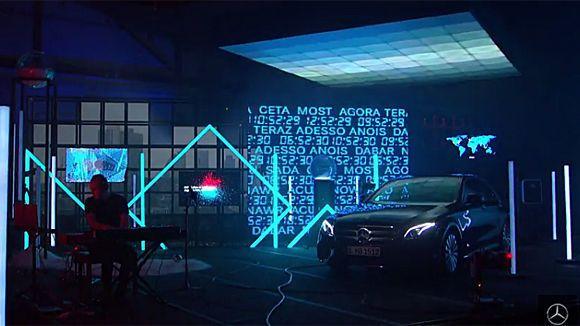 Mit viel Licht, Kunst und Installationen widmet sich Mercedes zwölf Stunden lang dem Augenblick.