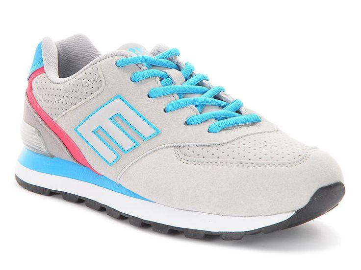 Prezentowane obuwie firmy Erke to połączenie stylu sportowego z wygodą obuwia codziennego. But dodatkowo charakteryzuje się dobrą jakością wykonania. Cholewka została uszyta z materiału, który zapewnia swobodną wentylację i doskonale układa się na stopie. Za komfort odpowiada wykorzystanie nowoczesnych rozwiązań konstrukcyjnych. Podeszwa również jest ważnym elementem butów na co dzień. W tym modelu Erke jest wytrzymała, elastyczna i zapewnia optymalną przyczepność.