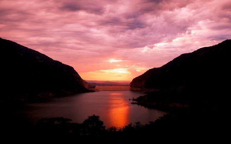 Colombia - Atardecer en la nueva represa de Hidrosogamoso, Santander.