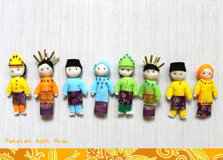 Riau Melayu traditional costumes~ Baju Kurung Teluk Belanga  http://miki-craft.blogspot.com/  check on my fb : Miki Felt Craft House