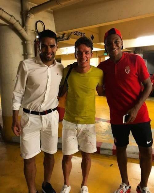 En Mónaco cuando no está montando bicicleta o lavando los platos Rigoberto Urán va a ver jugar a Falcao y Kylian Mbappé  Mijitos puro orgullo tricolor!