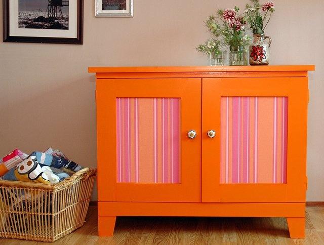 #Kleur, kleur, kleur en nog eens kleur De vrolijke website van Atelier Kleurwijs is helemaal gericht op kleur. Je vindt er diverse #vintage #kasten in bonte kleuren als fel groen, paars en #vrolijk #oranje.