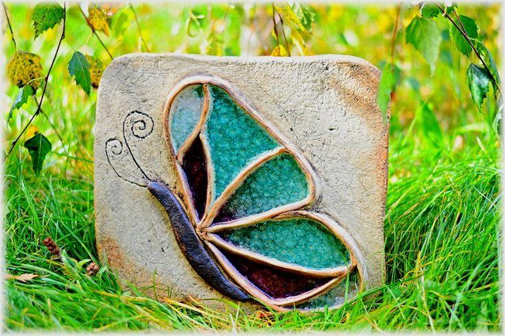 Motýl Kachle na pověšení ze šamotové hlíny, zdobená tavným sklem. Rozměr cca 30x30 cm.