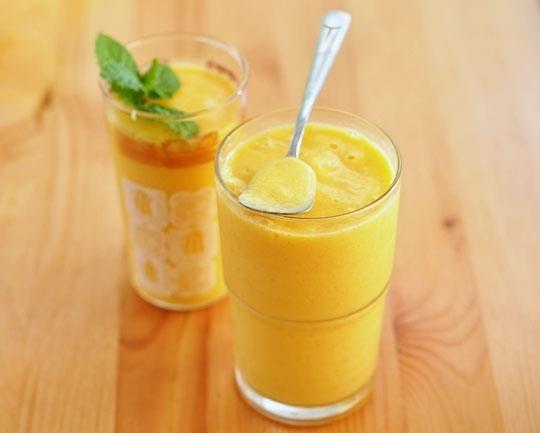 Oloupejte banán i mango a nakrájejte je na malé kousky. Vložte všechny ingredience (kromě máty) do mixéru a důkladně rozšlehejte až se vám objeví pěna. Ochutnejte a případně dochuťte cukrem. Ozdobte mátou a podávejte, dokud je nápoj chladný.