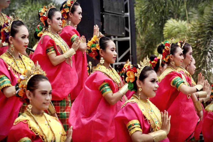 HUT GOWA - Penari tradisional ikut memeriahkan perayaan HUT Kabupaten Gowa ke-695 di Balla Lompoa, Jl KH Wahid Hasyim, Sungguminasa, Gowa, , Provinsi Sulawesi Selatan, Selasa (17/11/2015). Beberapa tarian dipertunjukkan, antara lain paduppa dan pepeka ri makka. TRIBUN TIMUR/MUHAMMAD ABDIWAN