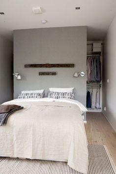 Une tête de lit en cloison de dressing dans une petite chambre Plus