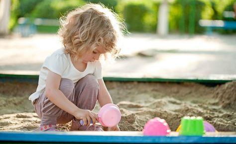 Una raccolta di idee di giochi in stile montessoriano da fare anche in vacanza, con elementi naturali come sabbia, conchiglie o sassolini.