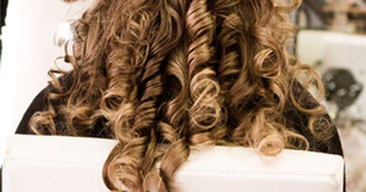 """Diferencia entre el cabello rizado y ondulado. Los términos """"cabello rizado"""" y """"cabello ondulado"""" se usan indistintamente, pero cada tipo de cabello tiene sus diferencias. Los tipos de cabellos rizados y los tipos de cabellos ondulados difieren en tensión, grosor y textura. Una vez que identificas el tipo de pelo que tienes, serás capaz de encontrar los productos de cuidado del cabello más ..."""