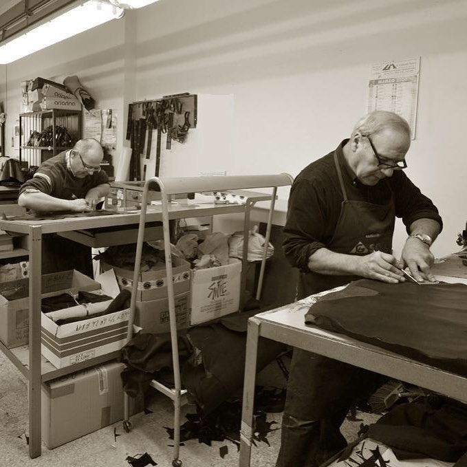 Bring Italian tradition to your boutique in few clicks!  #b2b #platform #italianartisan #madeinitaly #madeeasy #shoes #bags #accessories #picoftheday #buyerchoice   Www.italian-artisan.com
