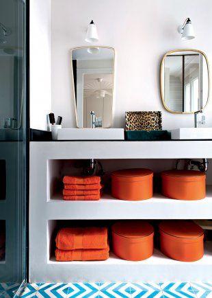 un appartement parisien avec une salle de bain blanche et des objets déco colorés