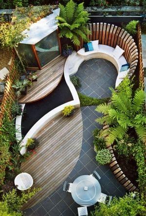 Vista superior de jardim externo com deck.