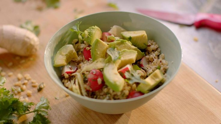 Arroz integral con jengibre, rábano y aguacate (Rice bowl with ginger, radish…