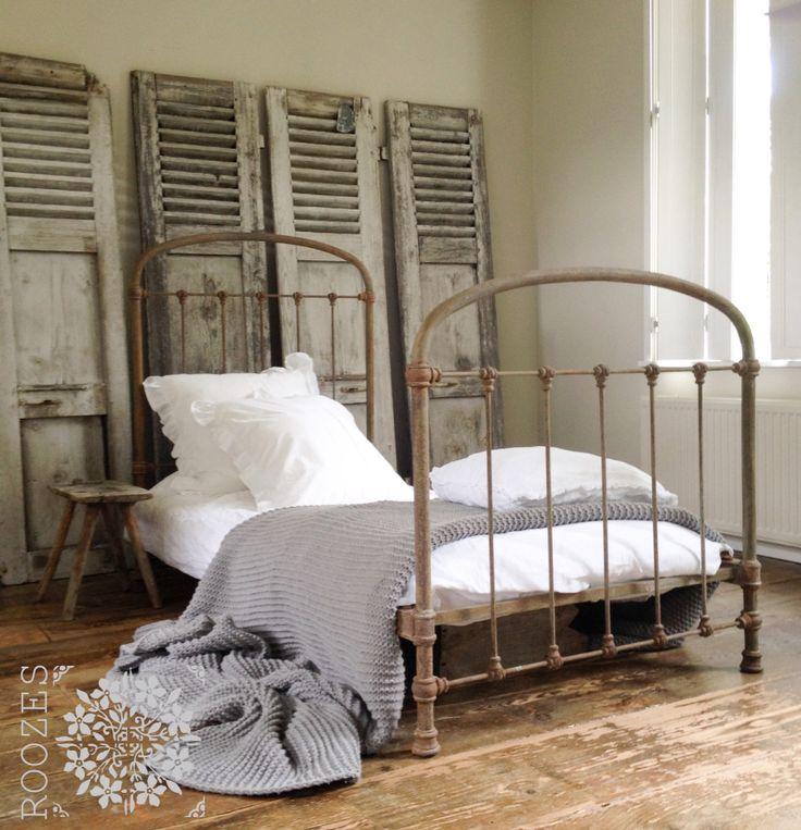 Made by ROOZES. ROOZES frans bed en luiken. Bedlinnen en gebreid plaid House in Style.