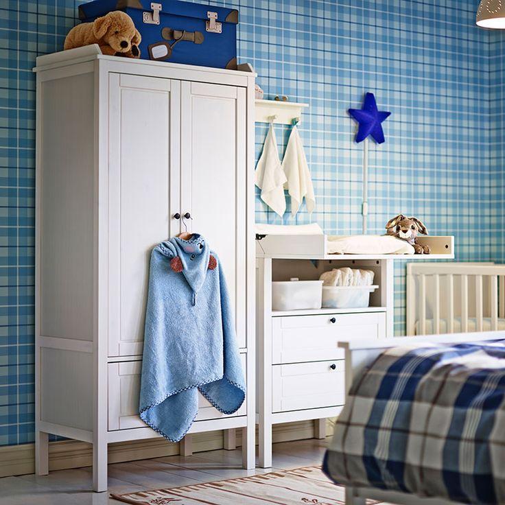 Wickelbereich Im Elternschlafzimmer Mit SUNDVIK Kleiderschrank Und SUNDVIK  Wickeltisch/Kommode In Weiß, SKÖTSAM Wickelunterlage