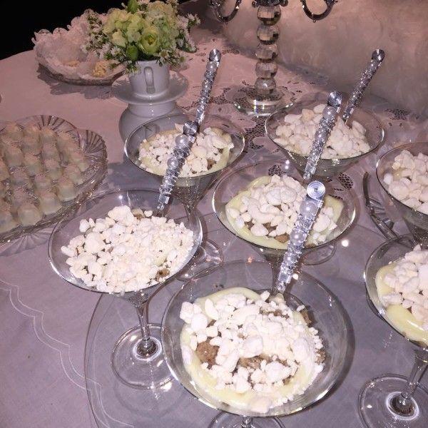 Essa foto feia é minha, mas tentei mostrar para vocês o detalhe das colheres bordadas na taça de cristal de martini!