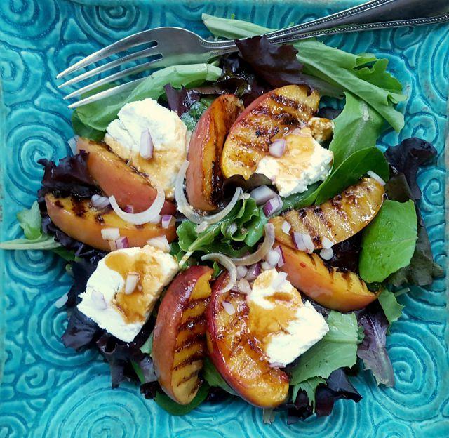 Salade de nectarines grillées, vinaigrette à la mélasse et au chipotle Une recette primée de Leigh-Ann Kearley, auteure du blogue Sugar N' Stuff Pour 4 personnes Pour la vinaigrette: 1 gousse d'ail 2 c. à soupe de vinaigre de cidre 1 c. à thé de jus de citron ⅓ tasse d'huile d'olive 3 c. à …