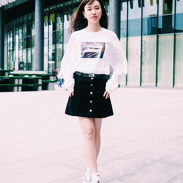 『スニーカーのコーデ』定番のファッションアイテムと言えばスニーカー。カラーや素材を変えて秋モードに。秋に向けてシックなカラーがおすすめ。⠀⠀⠀  .⠀⠀⠀  カメラマン:@kouki_7_2_4⠀⠀⠀  .⠀⠀⠀  TokyouFashionSnapでは一緒に活動してくれる仲間を募集中!詳しくはプロフイ-ルからホームページをご覧ください。⠀⠀⠀  #TokyoFashionSnap#tfs#fashion#japan#code#osaka#japanesefashion#outfit#instafashion#ootd#옷스타그램#패션#데일리코디#東京ファッションスナップ#大阪#アメリカ村#ファッション#コーデ#スナップ#モデル#お洒落さんと繋がりたい#今日の服#アウトフィット#スニーカー#台形スカート#黒#秋コーデ#スウェットファッション#クルーソックス#スニーカーコーデ