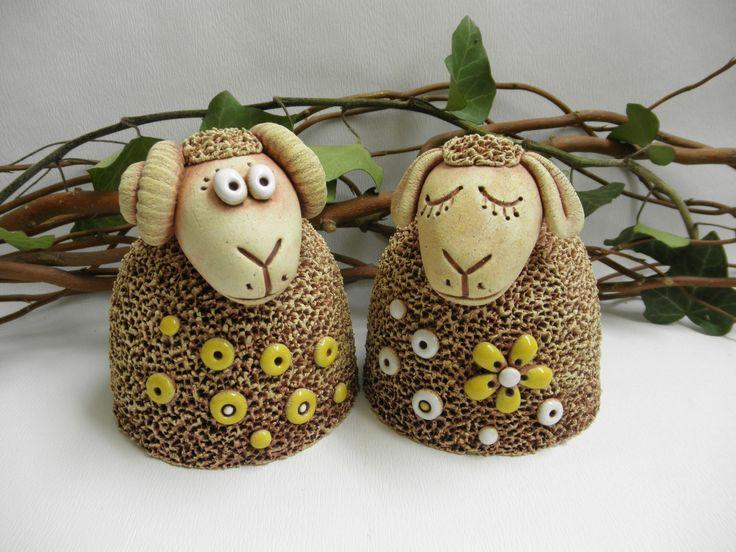 Ovečka, beránek Ze šamotové hlíny, vhodné i k venkovní dekoraci. Výška cca 10 cm, průměr dna 9,5 cm. CENA ZA KUS