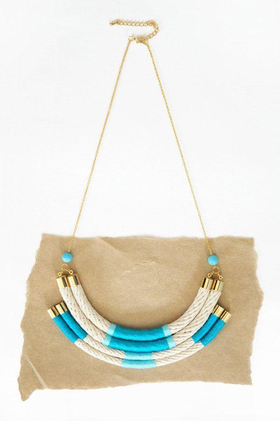 Collar de cuerda en niveles con acentos de hilo envuelto - azul, rosa o amarillo